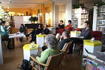 Příjemné prostředí knihovny nabízí vskutku neuvěřitelný posluchačský zážitek. Příběhy hrdinů z knížek tak díky kolektivnímu čtení můžete prožít s více lidmi.