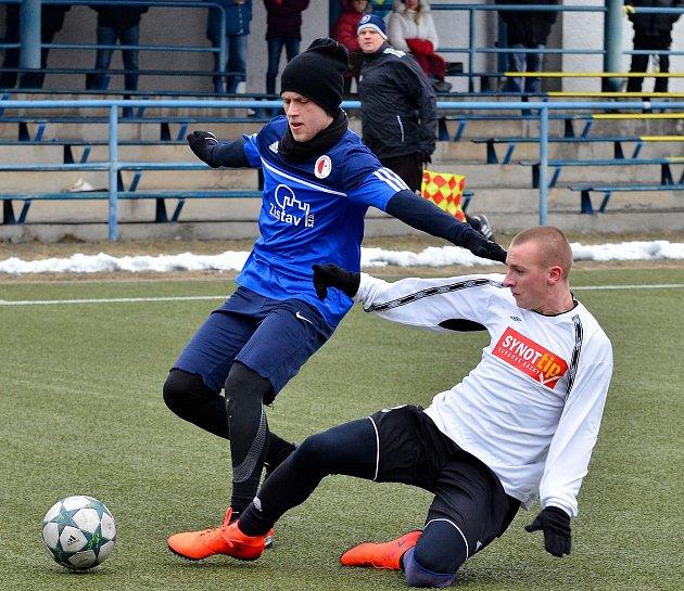 Karlovarská Slavia se loučila se zimní přípravou nerozhodným výsledkem 2:2 stýmem Tachova (vbílém).