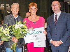 Cenu převzal starosta Božího Daru Jan Horník (vlevo).