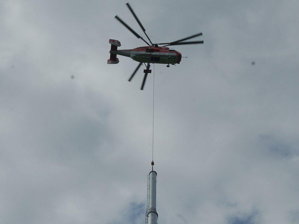 Obří vrtulník instalovat na Plešivci sloupy nových lanovek.