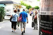 Ruské nápisy na každém kroku. Karlovy Vary jsou oblepené azbukou, ale město nic dělat nemůže. Regulaci cizojazyčné reklamy poslanci zamítli.