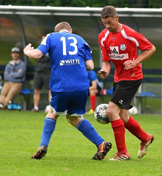 Oficiálně prvním kolem odstartoval o víkendu fotbalový Covid Cup 2021. Nejdek B (v modrém) nestačil na Ostrov B a Pernink (v zeleném) prohrál s Jáchymovem.