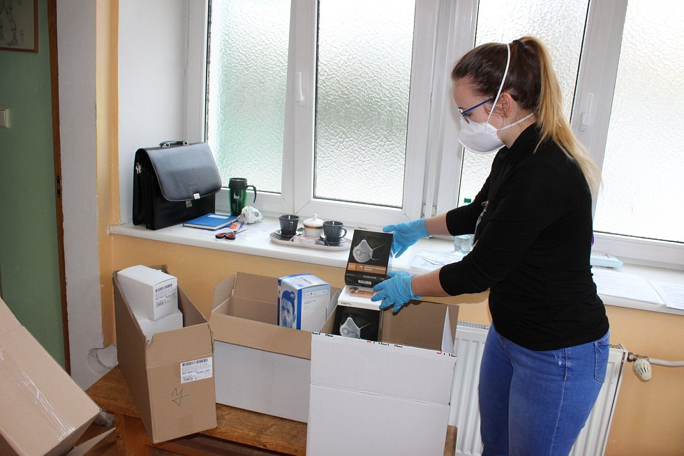 Na služebně Městské policie v Karlových Varech distribuovali ve čtvrtek roušky pro lékárníky a respirátory pro zdravotníky.