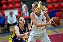 Utkání 18. kola ŽBL: DSK Basketball Nymburk KV - Slovanka Mladá Boleslav (v modrožluté kombinaci), hráno v Karlových Varech