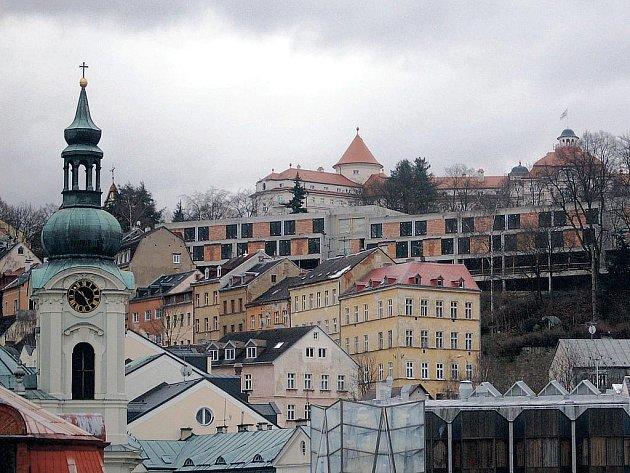 Do UNESCO po karlovarsku. Takhle narušit architekturu umějí jenom Karlovy Vary. Garážovací dům panorama lázní zohyzdil už navždy.