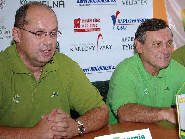 Generální manažer HC Energie Miroslav Vaněk (vlevo) a trenér Josef Paleček na tiskové konferenci před startem extraligy.