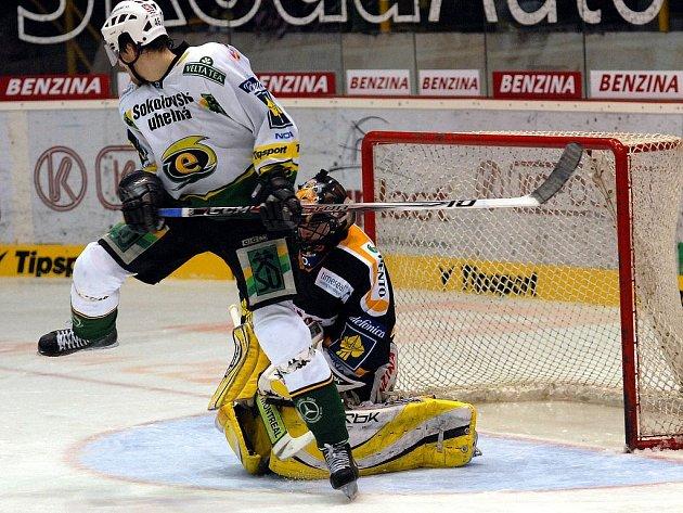 Litvínovští hokejisté a fanoušci přivítali v pátek 7. března poprvé na domácím ledě čtvrtfinálového soupeře v play off Karlovy Vary se kterým prohrávali 2:0.