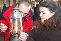 SVĚTLO Z BETLÉMA. Alena Skuhrovcová (na snímku vpravo) byla jedním ze skautů, kteří si 22. prosince přišli na karlovarské horní nádraží pro betlémské světlo.