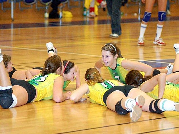 RITUÁL. Takto děvčata Volejbalového klubu Karlovy Vary oslavují každé vítězství.