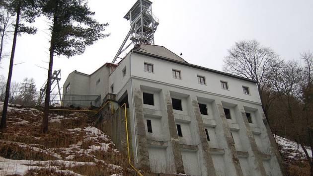 POSLEDNÍ MOHYKÁN. Poslední šachtou někdejších Jáchymovských dolů, která je dosud v provozu, je jáchymovský důl Svornost, odkud se čerpá radonem obohacená voda do lázní.
