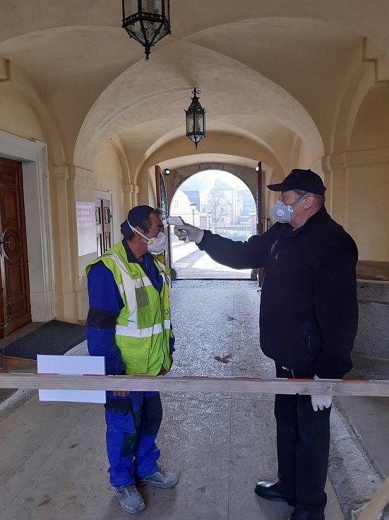 Také na bečovském hradu a zámku museli zavést přísná bezpečnostní opatření kvůli koronaviru. Zaměstnancům, kteří se podílejí na rekonstrukci hradu, je také měřena teplota.