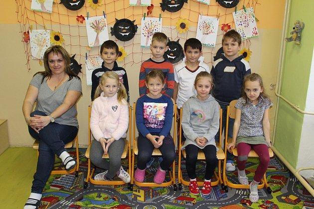 Žáci 1.třídy ze Základní školy vBečově nad Teplou spaní učitelkou Evou Andršovou.