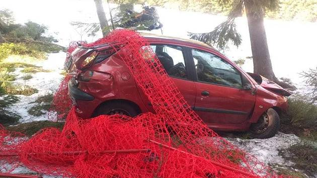 Auto skončilo v lese