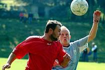 Školu ze střelecké produktivity udělili hráči KSNP Sedlec (v modrém) nováčkovi soutěže Dolnímu Žandovu (v červeném), utkání totiž vyhráli v poměru 3:1.