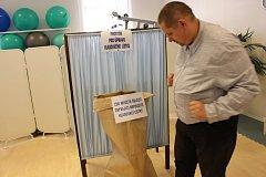 Z prvního dne komunálních voleb v krajském městě Karlovy Vary.
