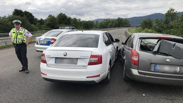 Řidič bez papírů ujel od nehody