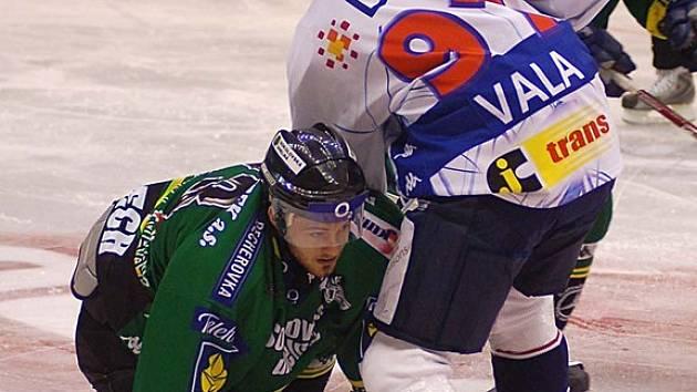 Prohra. Sklonit se museli hráči Energie před uměním hokejistů Vítkovic, v ČEZ aréně Karlovavaráci neuspěli.