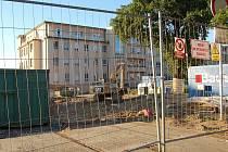 Přestavba karlovarské nemocnice. Demolici několika budov si vyžádala stavba nového pavilonu urgentní medicíny, kterou firmy v nemocničním areálu provádějí za plného provozu. Lékaři i pacienti musejí náročné podmínky vydržet až do jara 2012.
