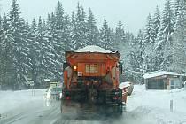 Silničáři v akci. Zvlášť minulý týden byl pro silničáře poměrně náročný, ale nešlo ještě o nejhorší zimní dopravní kalamity. Přesto není opatrnost od věci.