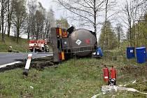 Cisterna převážející benzin se převrátila na silnici mezi Bočí a Stráží nad Ohří.