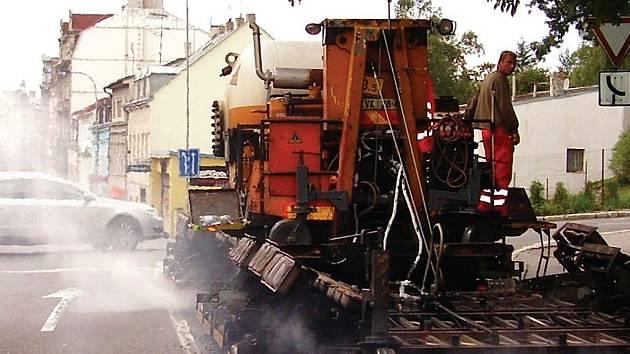 Opravy silnic v Karlových Varech.