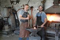 Společně s kolegou Miroslavem Rudolfem pracuje Robert Kabeš (vlevo na fotografii) jako umělecký kovář.