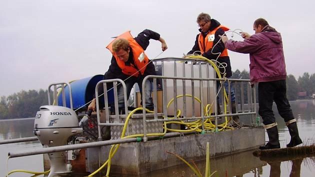 V Nové Roli se od neděle pracuje na druhé etapě čištění rybníka.