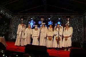 Světlonoši s anděly vyrazili opět na karlovarský advent, aby rozdali lidem rolničky pro štěstí.