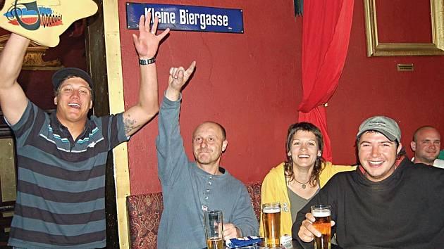 POVEDE SE? NEPOVEDE? Fanoušci, kteří sledovali utkání s Ruskem v karlovarském klubu Rotes Berlin, drželi českému týmu palce do poslední minuty.