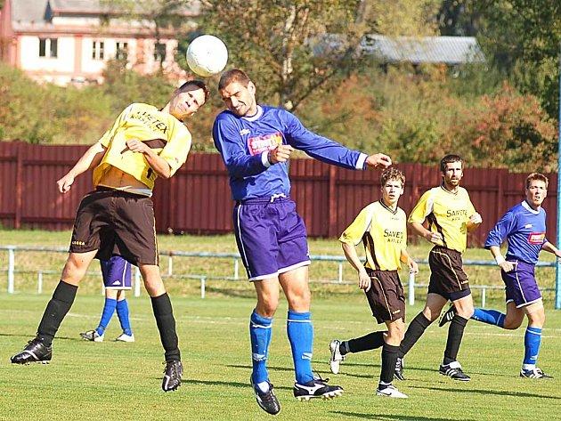 V zápase Lokomotivy s Kraslicemi bylo vidět hodně hlavičkových soubojů.