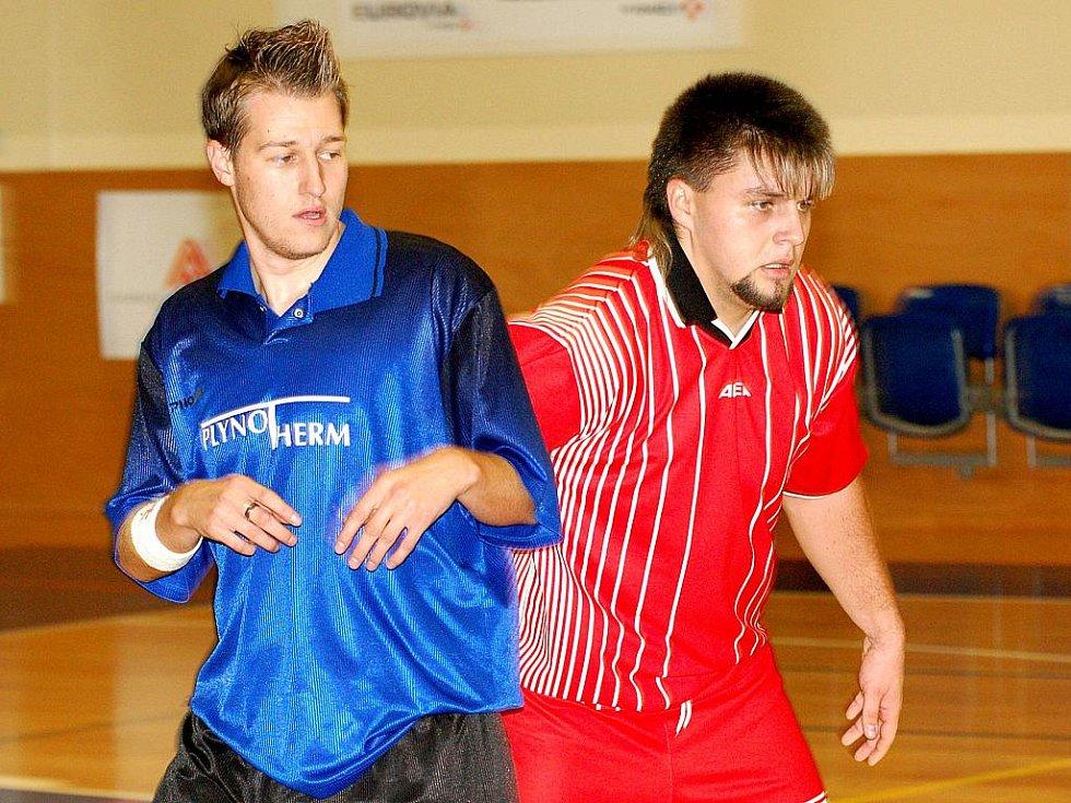 V pátém kole krajského futsalového přeboru přivítal nováček soutěže FC Jenišov (v červeném) na palubovce basketbalové Lokomotivy novosedelský Plynotherm (v modrém), kterému po bitvě podlehl 5:7.