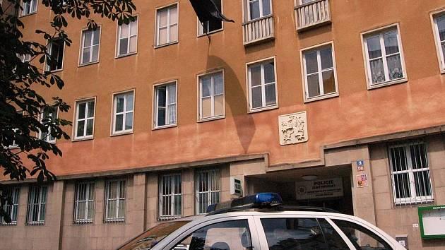 V krátké době podruhé drží karlovarští policisté smutek za svého mrtvého kolegu. Třicetiletý kriminalista zemřel na následky střelného zranění v úterý večer.