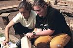 Veronika Babiuková (vpravo) a Jana Ehlichová ukládají nálezy do sáčků.