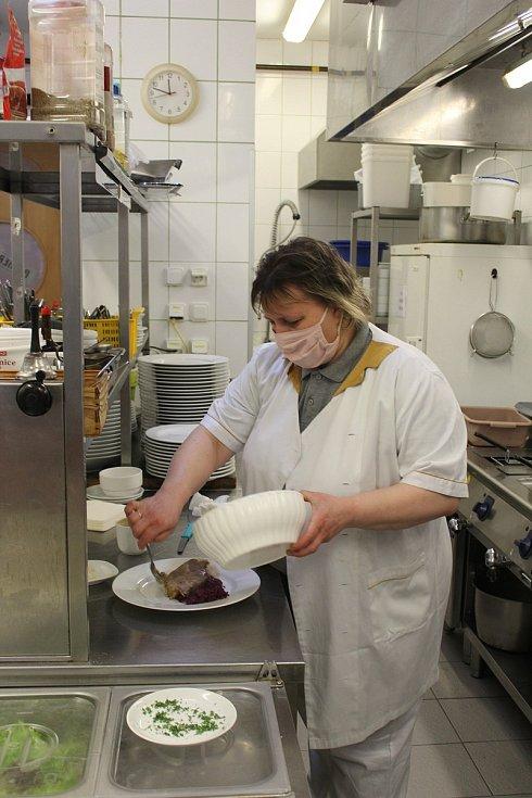 Hotel Romania slouží i jako restaurace pro kolemjdoucí, zatím se tu ale vaří jen pro ně, hotel zůstává prázdný až do 1. června.