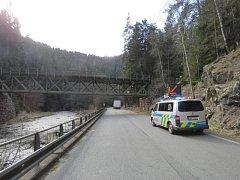 Řidič se s návěsem pod most nevešel. Poničil vozidlo i most.