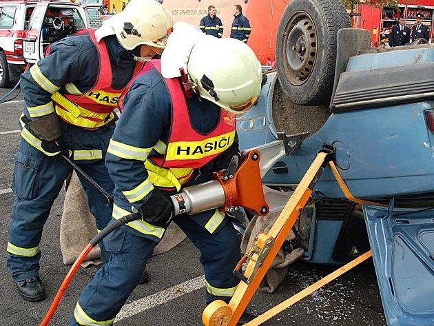 Na vyproštění osoby v havarovaném autě měli hasiči při krajské soutěži čtvrt hodiny.