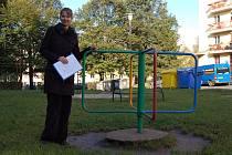 NIKOL KŘÍŽOVÁ ukazuje petici proti vybudování nového parkoviště, kterou podepsalo několik desítek lidí.