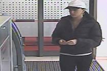 Našla peněženku a hned pádila k bankomatu vybrat peníze. Poznáte ji?