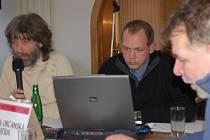 Mimořádně zastupitelstvo města, 27. ledna. První, kdo ze zastupitelů navrhl, aby Concordia byla vyškrtnuta ze seznamu příjemce dotace, byl Vlastimil Lepík (vlevo – klub KOA).