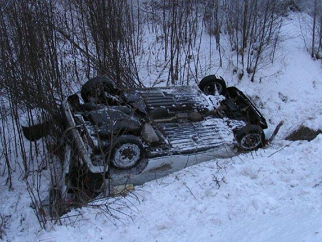 Koly vzhůru skončil po nehodě Fiat Tipo pětatřicetiletého muže z Chodova, který z místa utekl i se zraněnou spolucestující.