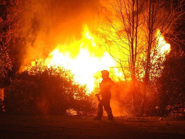 Noční požár hospodářské budovy v Perninku.