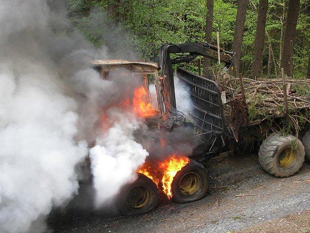 Traktor s vyvážecí soupravou na dřevo začal hořet na lesní cestě u Branišova na Toužimsku.