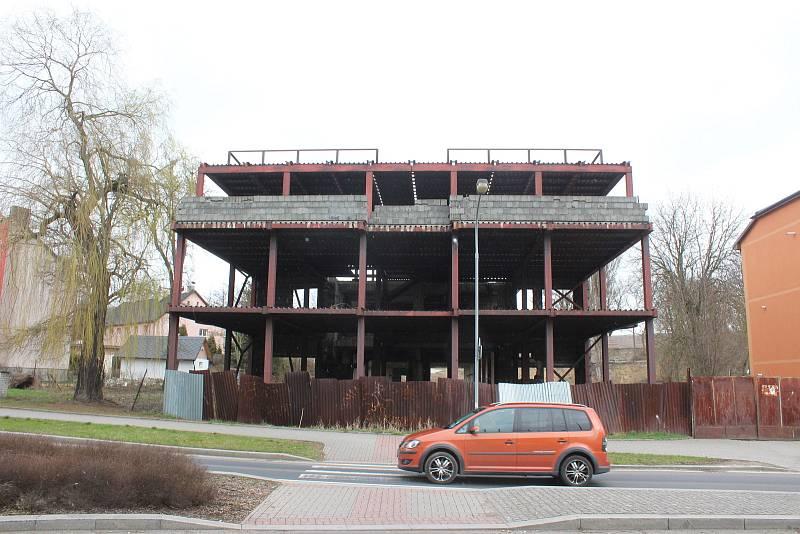 Zrezavělé torzo Mototechny se stalo nelichotivou ikonou části Rybáře zvané jako U Koníčka. Ještě za totality nahradil objekt malou přízemní prodejnu aut.