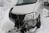 Dopravní nehoda na zasněžené vozovce.