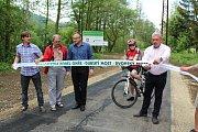 Cyklisté už nemusejí na silnici. Úsek mezi mosty je konečně dostavěn