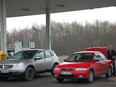 Z NĚMECKA ZA LEVNÝM benzinem a naftou přijíždějí desítky řidičů. Tankovat v českém příhraničí se jim při současných cenách pohonných hmot vyplácí.