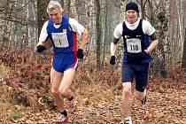 Na snímku vpravo si pro absolutní vítězství běží Pavel Procházka a vlevo nejrychlejší z veteránů, jáchymovský Karel Hellmich.