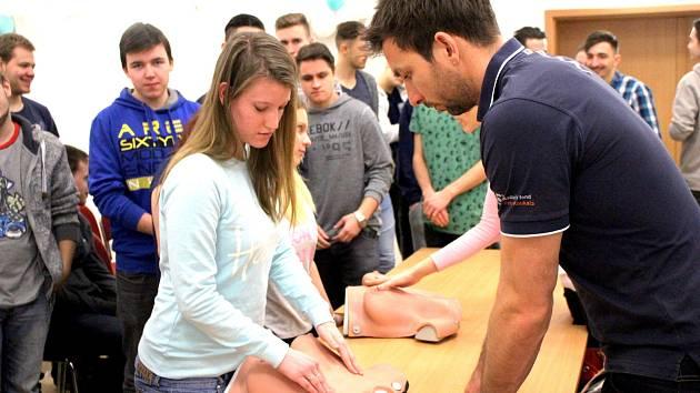 Co vlastně během samovyšetření hledat? Nejen o tom mluvil na setkání se studenty Petr Koukal (vpravo).