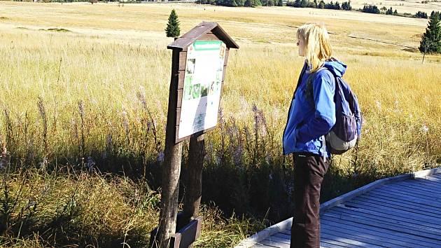 Mezi často navštěvovaná místa patří například naučná stezka Božídarským rašeliništěm.