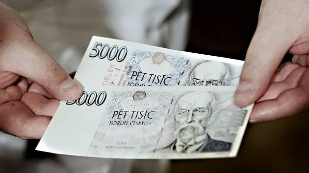 Průměrná mzda zaměstnanců v Karlovarském kraji se loni zvýšila na 21.274 korun.